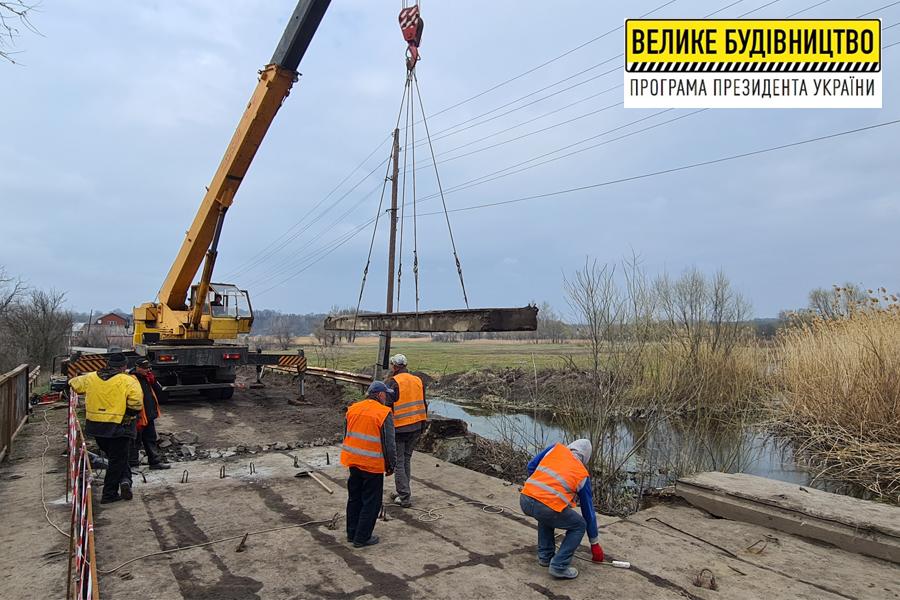 У Козачій Лопані капітально ремонтують міст через річку Лопань