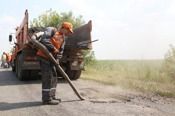 В Великобурлукском районе ремонтируют дороги на Печенеги и Приколотное