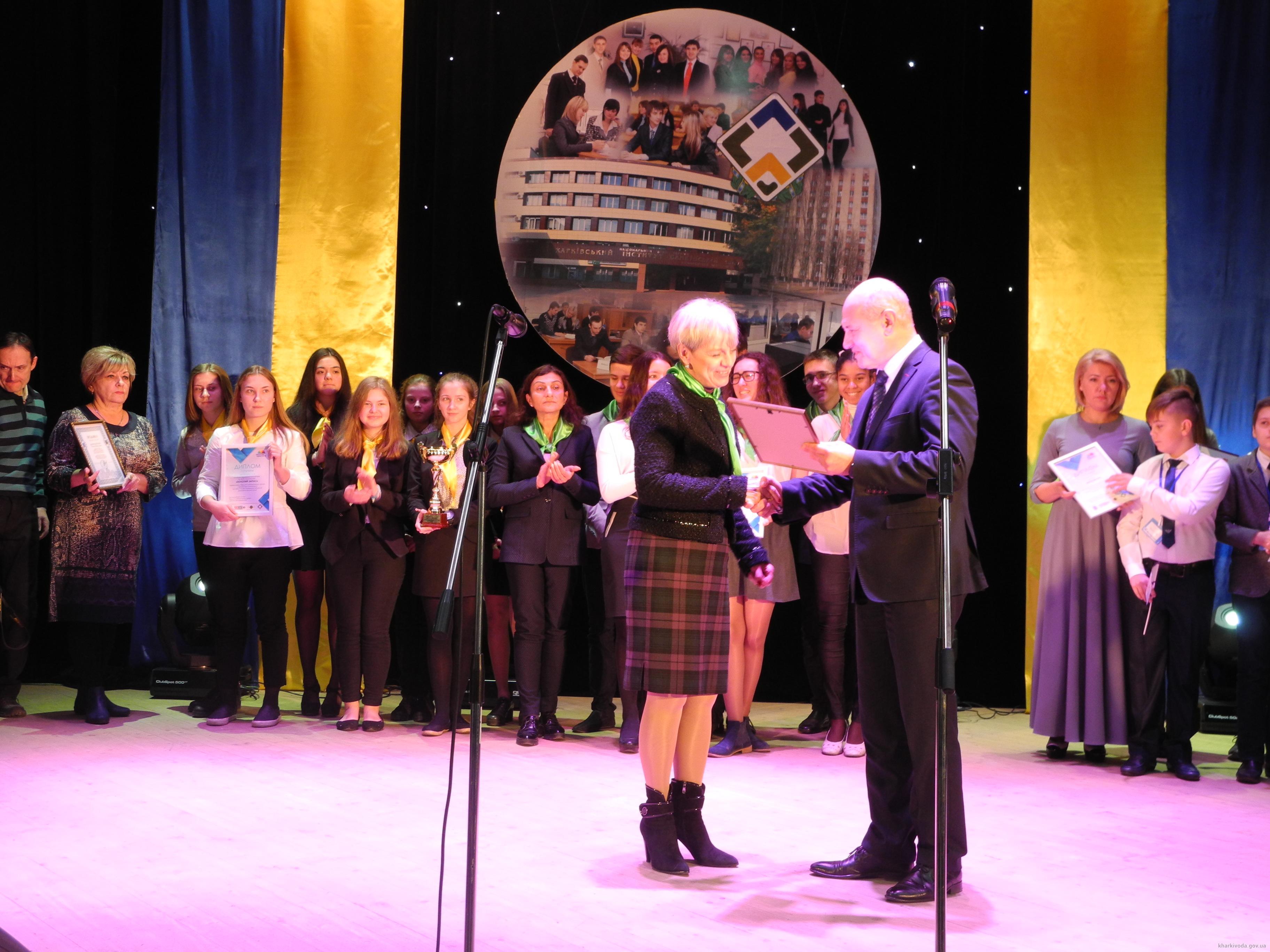 Победители І Открытого регионального турнира по финансовой грамотности получили Кубки главы ХОГА