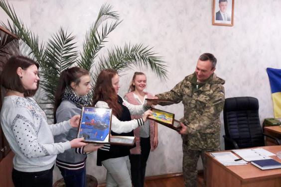 Ко Дню Вооруженных сил Украины юные харьковчане готовят подарки для раненых воинов